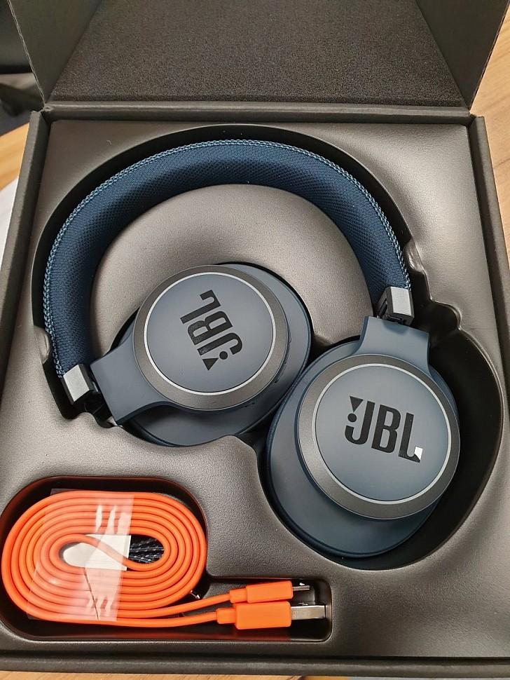 беспроводные наушники с шумоподавлением JBL Live 650BTNC внутри коробки